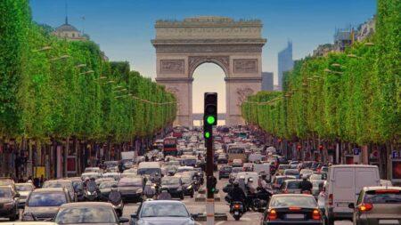 bouchons à Paris : embouteillage de voitures sur les Champs-Élysées