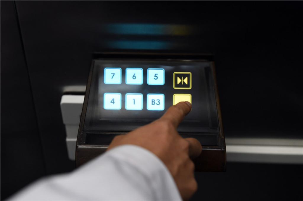 Boutons holographiques dans un ascenseur