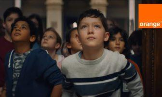 Pub Orange 5G 2021 avec des enfants au musée du Louvre