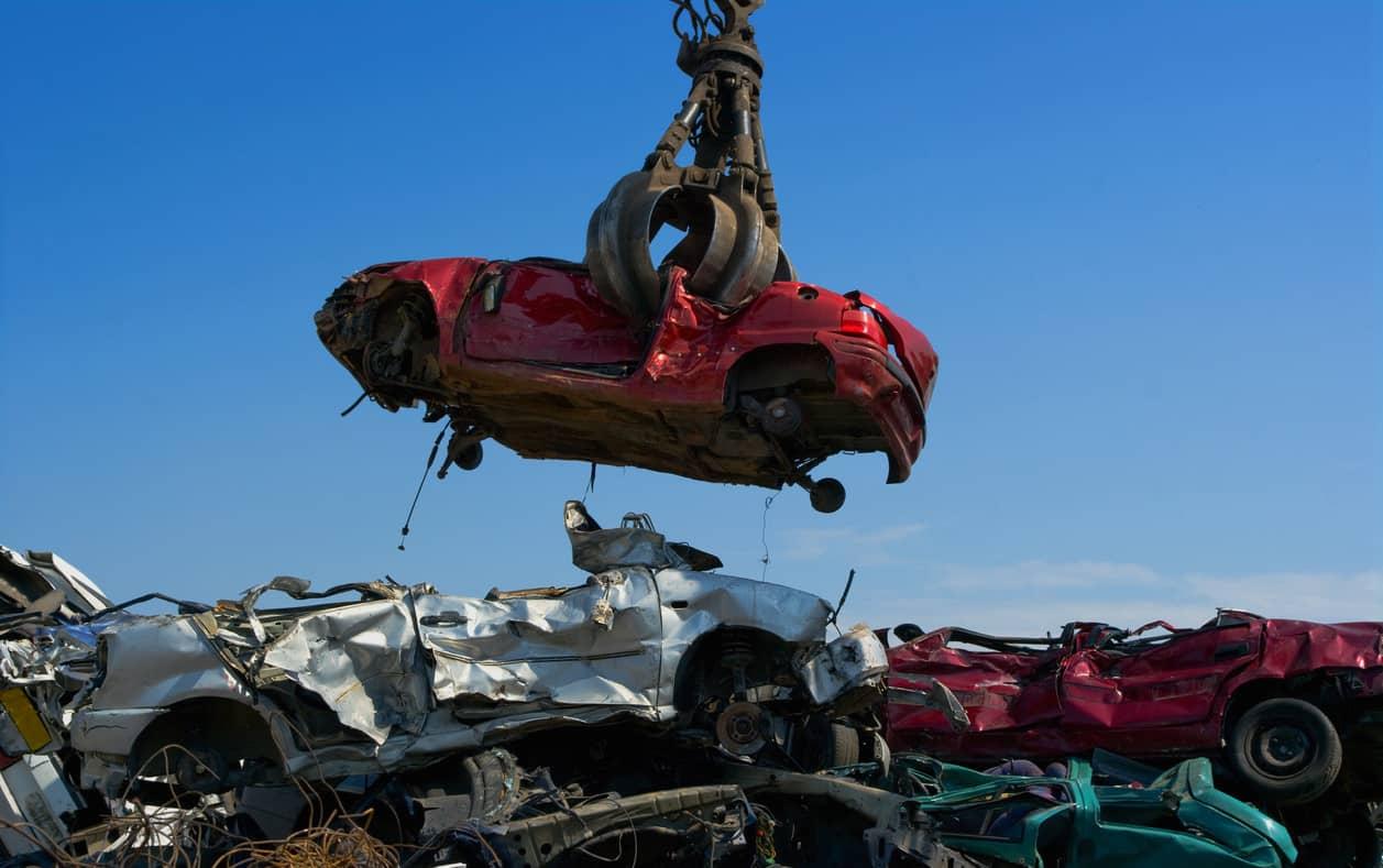 destruction de voiture dans une casse automobile