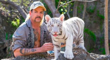 Joe Exotic avec un tigre