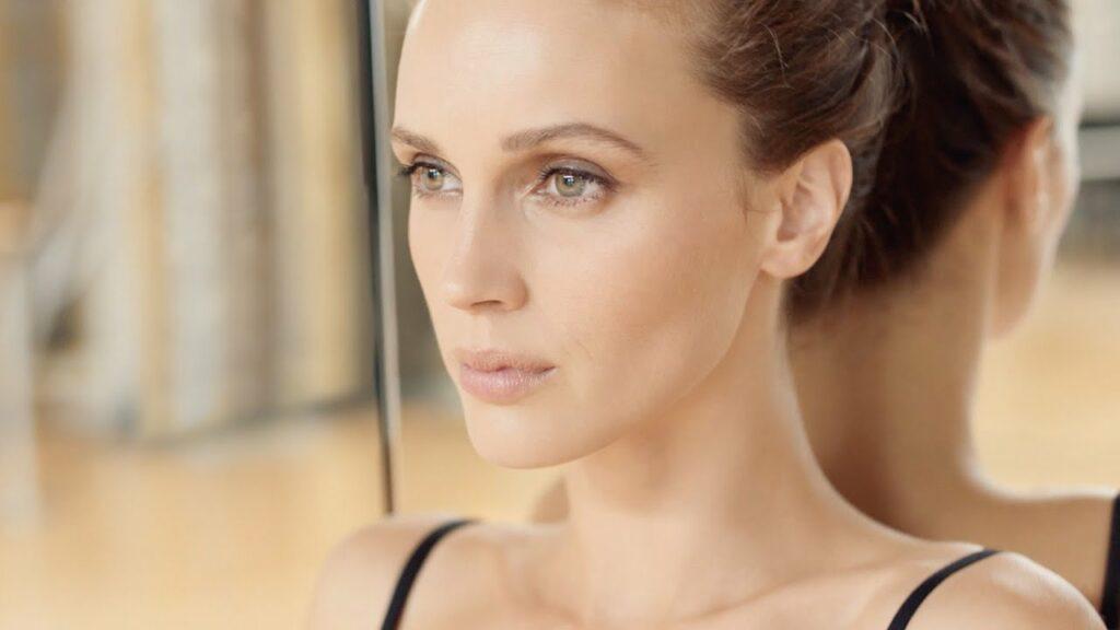 """Pub Chanel 2021 maquillage """"Les beiges"""" : musique et mannequin"""