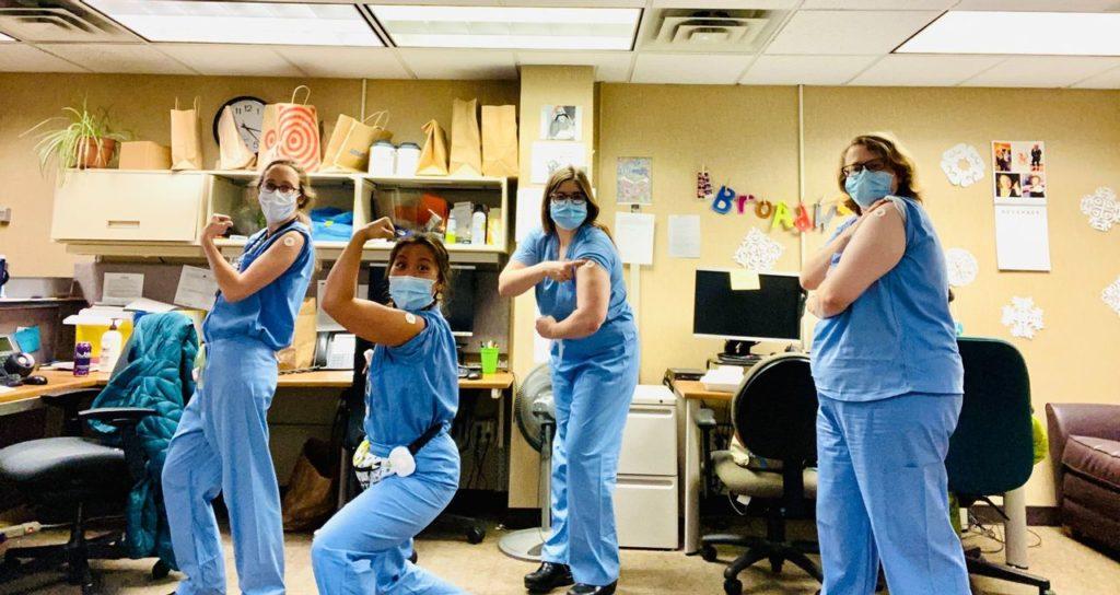 Des médecins vantant l'effet positif des vaccins sur le corps
