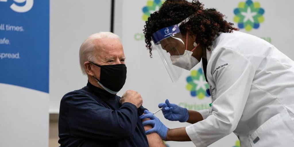 Le président des Etats-Unis, Joe Biden se fait vacciner devant les journalistes
