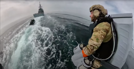 Un soldat de l'US Navy avec un Jetpack