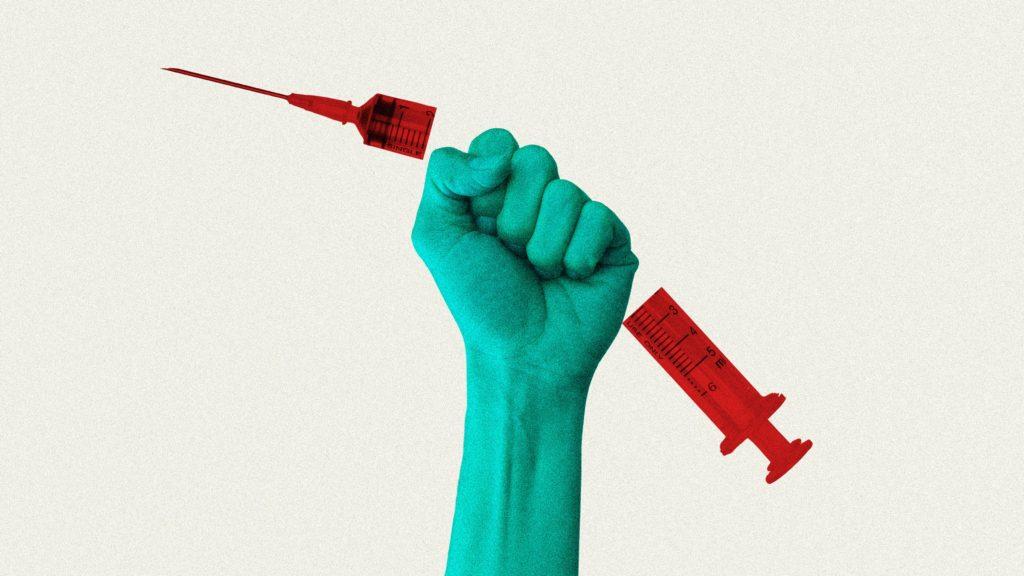 Main de la statue de la liberté qui détruit un vaccin