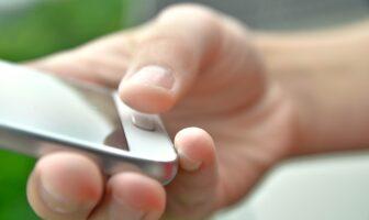 Scroller pendant longtemps sur votre smartphone : ce que risque votre pouce