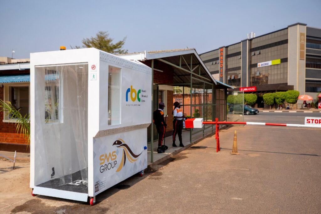Des portes de désinfection automatique au Rwanda pour limiter les contacts