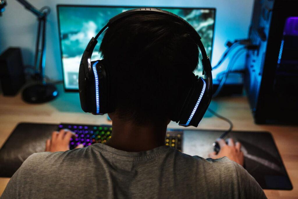 Un gamer devant son ordinateur