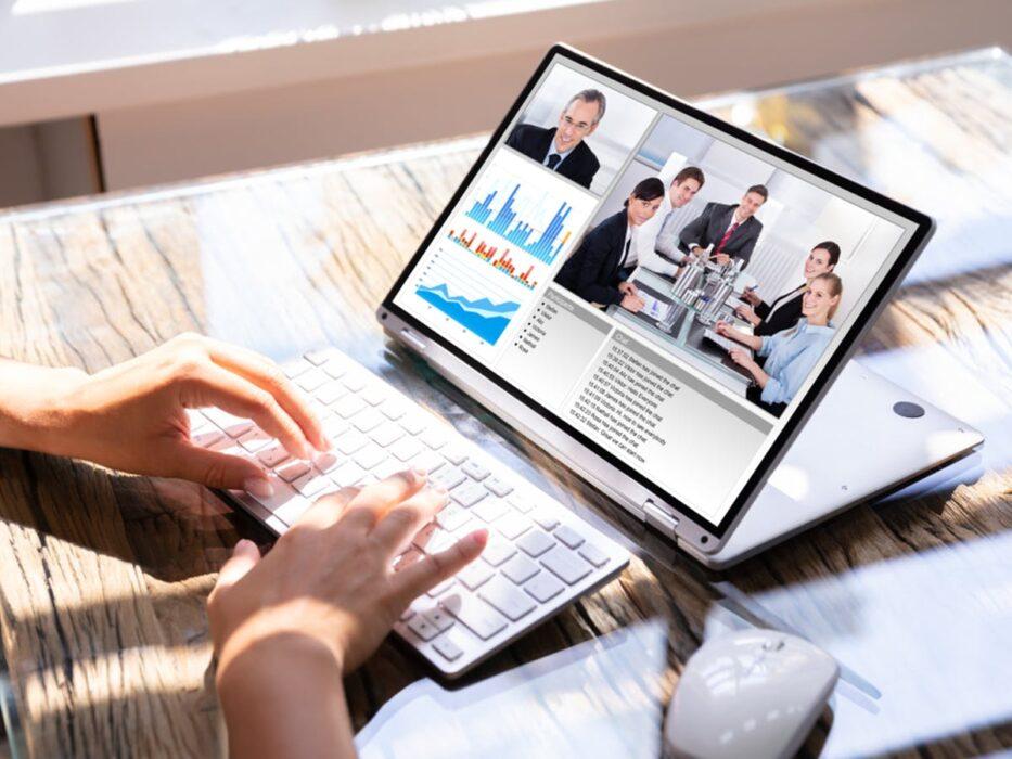 Une personne qui discute avec plusieurs autres via son ordinateur