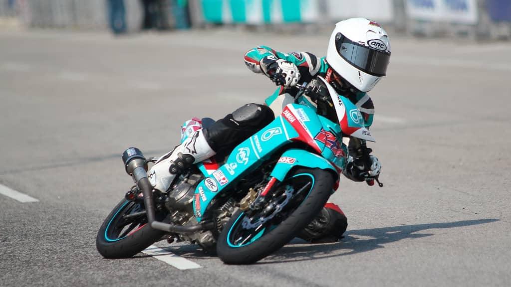 compétition moto : motard débutant sur un circuit de course