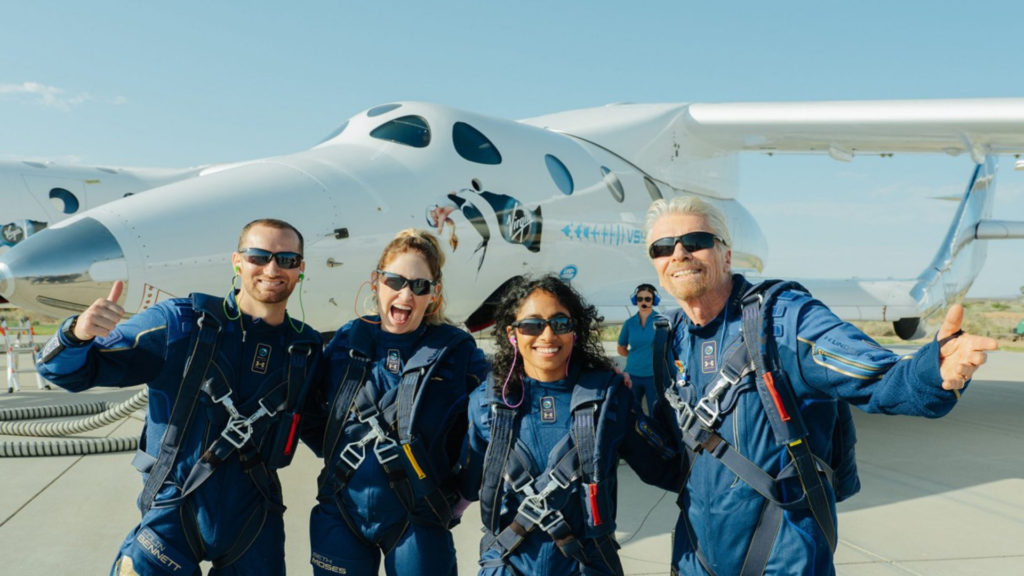 Richard Branson devant le SpaceShipTwo
