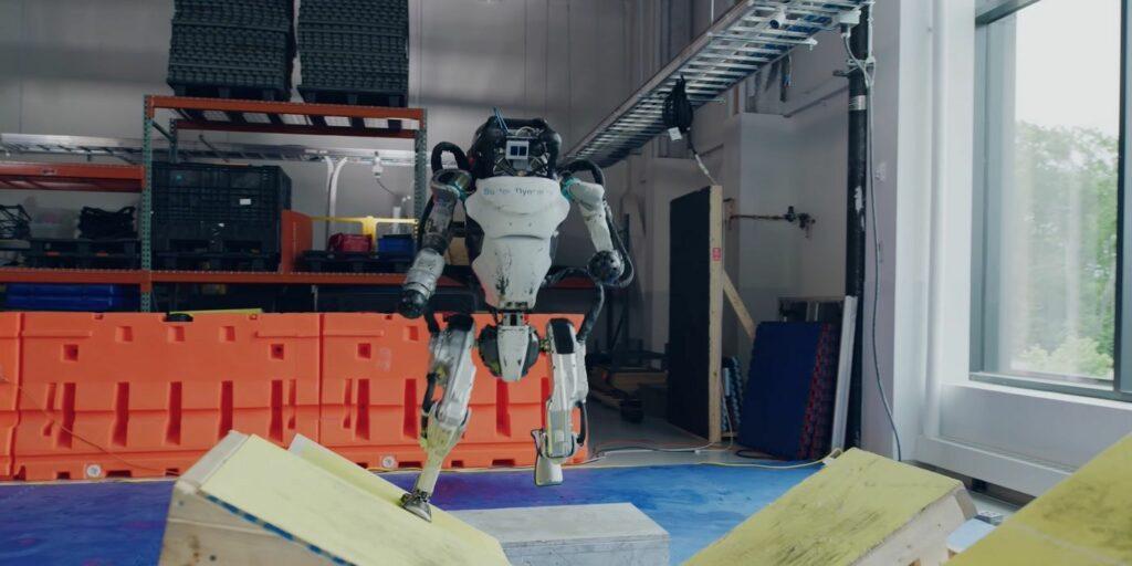 Un robot Atlas qui saute par-dessus des obstacles