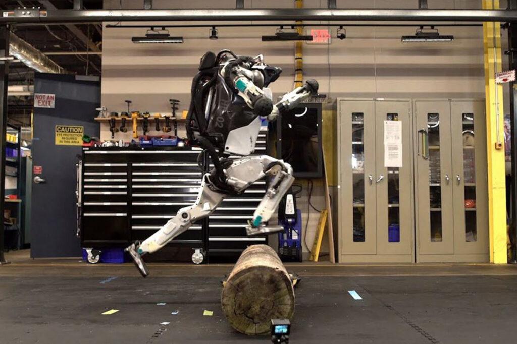 Un robot Atlas qui saute par-dessus une buche