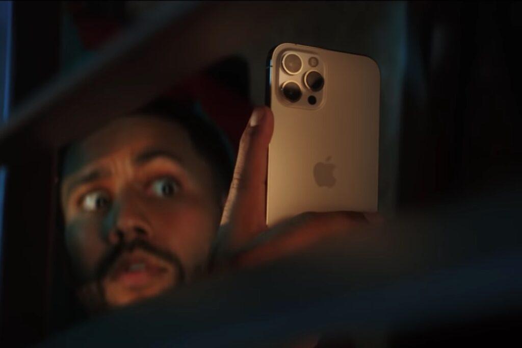 musique de la pub iPhone 12 selfie dans le noir