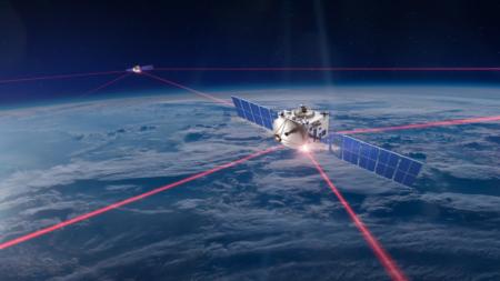 Starlink et satellite en image