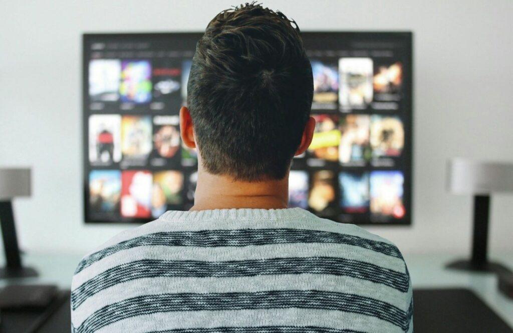 Un abonné ayant le choix devant son écran