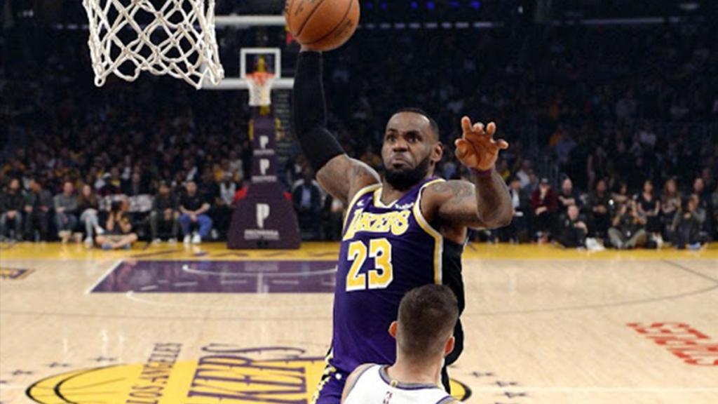 LeBron James faisant un dunk