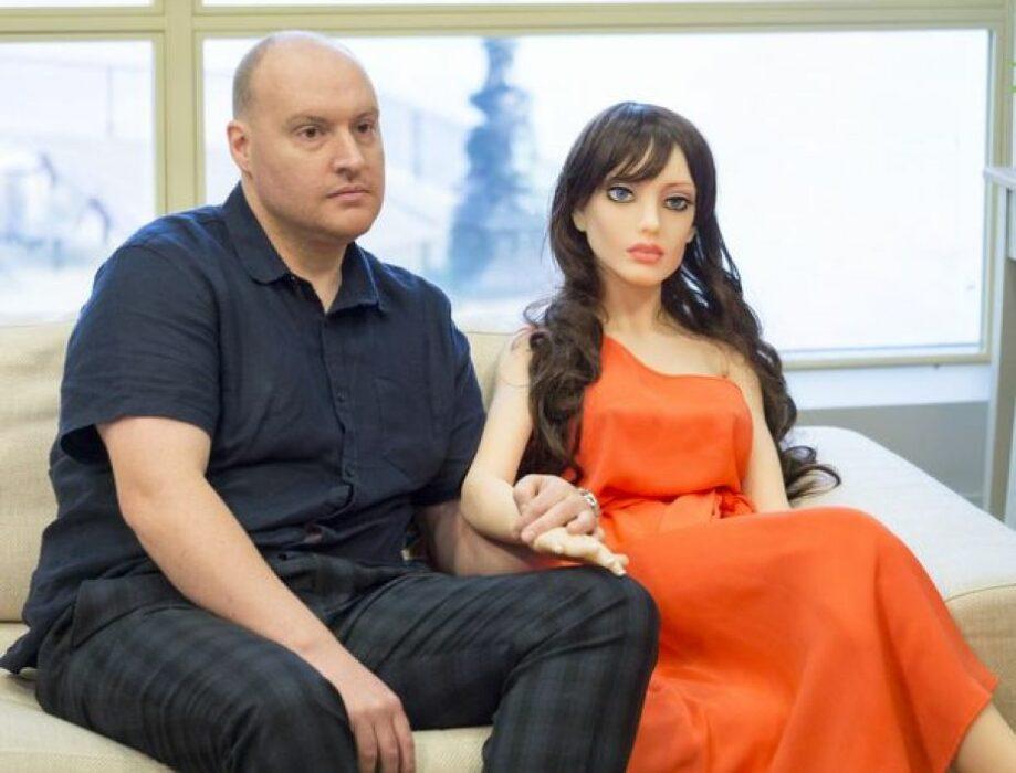 Le robot sexuel Samantha et son concepteur Sergei Santos.
