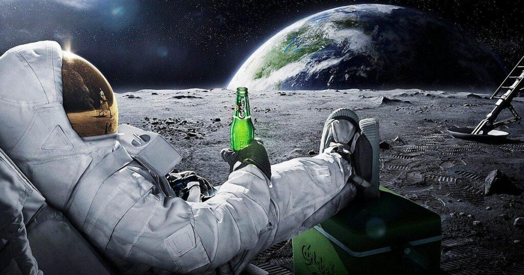 Astronaute sur la lune avec une bière
