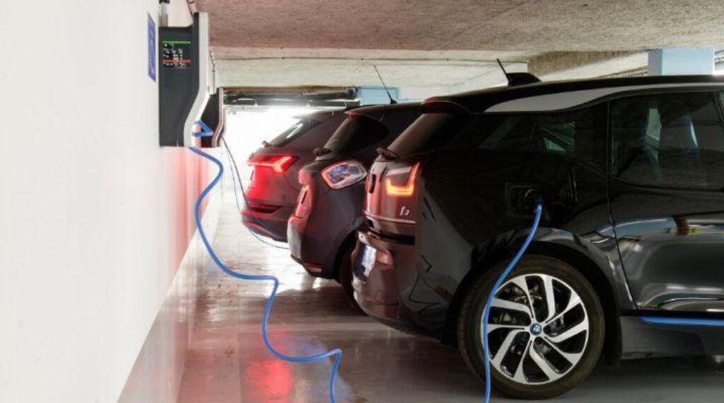 Parking en copropriété avec prise pour recharge de voitures électriques