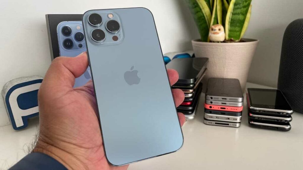 Le dernier iphone 13 dans les mains d'un présentateur