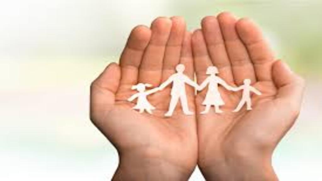Deux mains et une famille en image