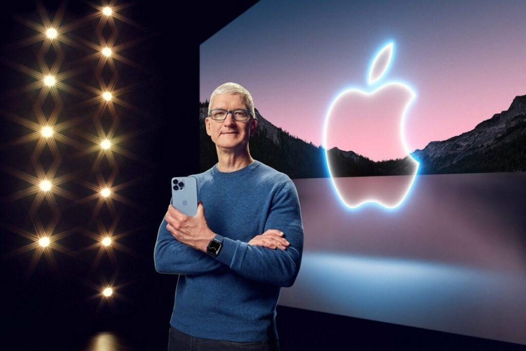 Tim Cook, PDG d'Apple avec l'Iphone 13, qui force un sourire