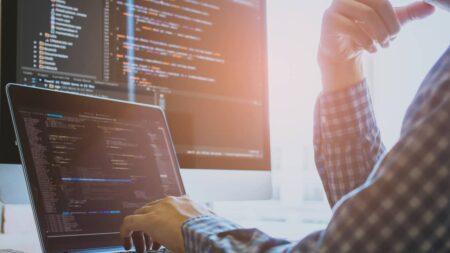 développeur utilise des langages de programmation développement informatique