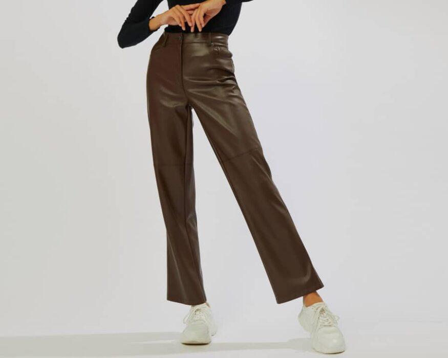 Pantalon droit en simili cuir marron pour femme de chez Pimkie
